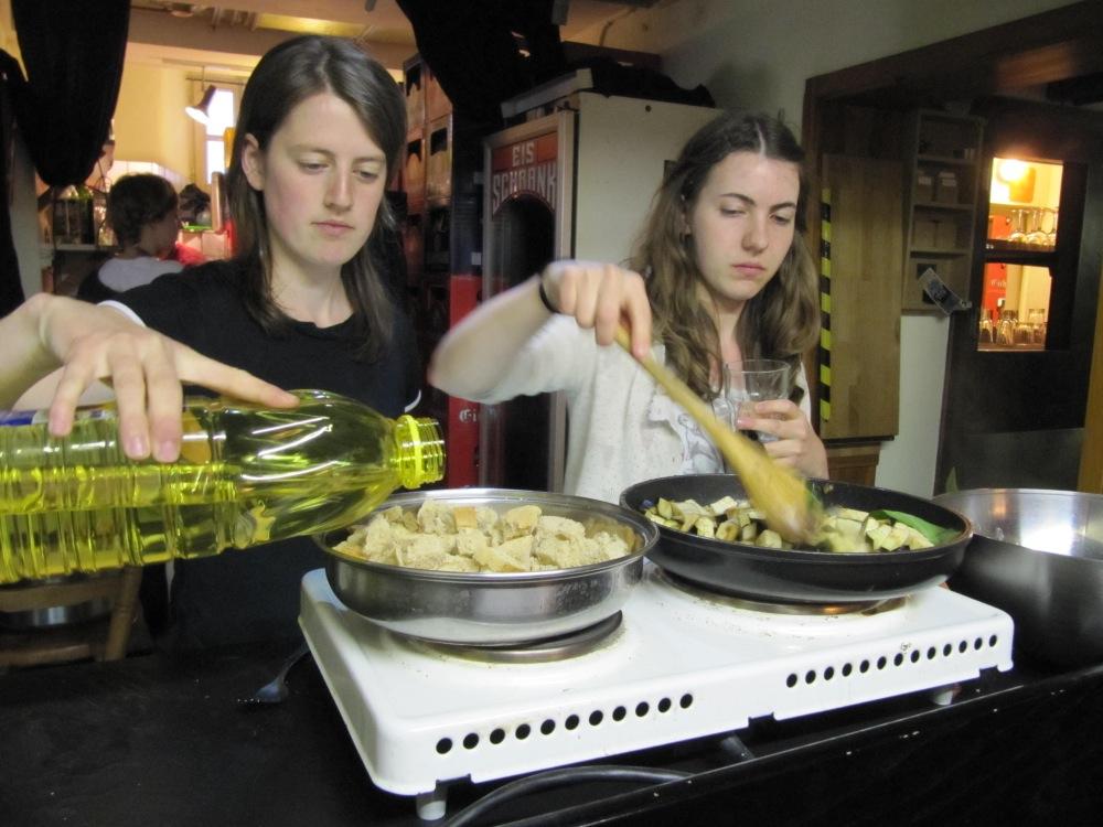 Ronja Eisenreich (links) und Michelle Platt beim Kochen in der Küfa. / Foto: Deidenbach