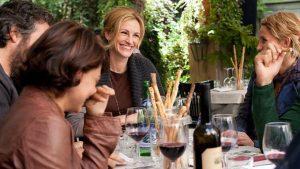 Julia Roberts alias Liz beim Schlemmen mit Freunden in Rom