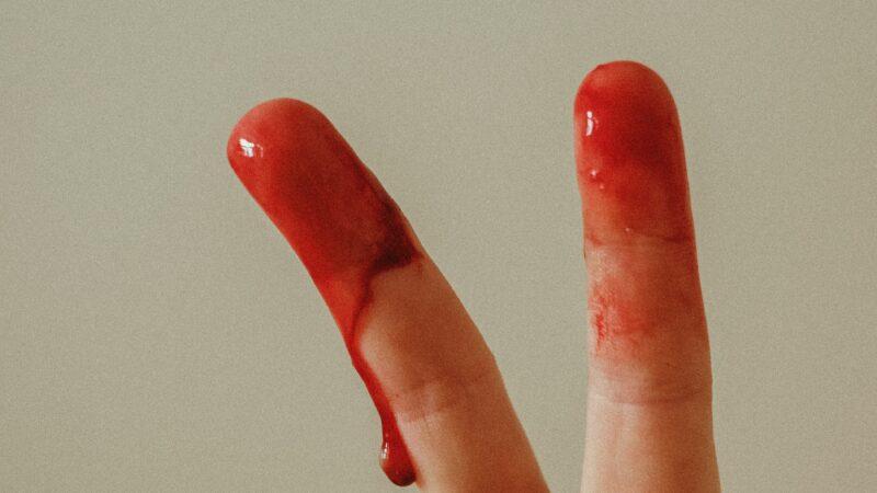 Die hygiensch-moralische Rettung für alle Menstruierenden ist da: Der Pinky Glove
